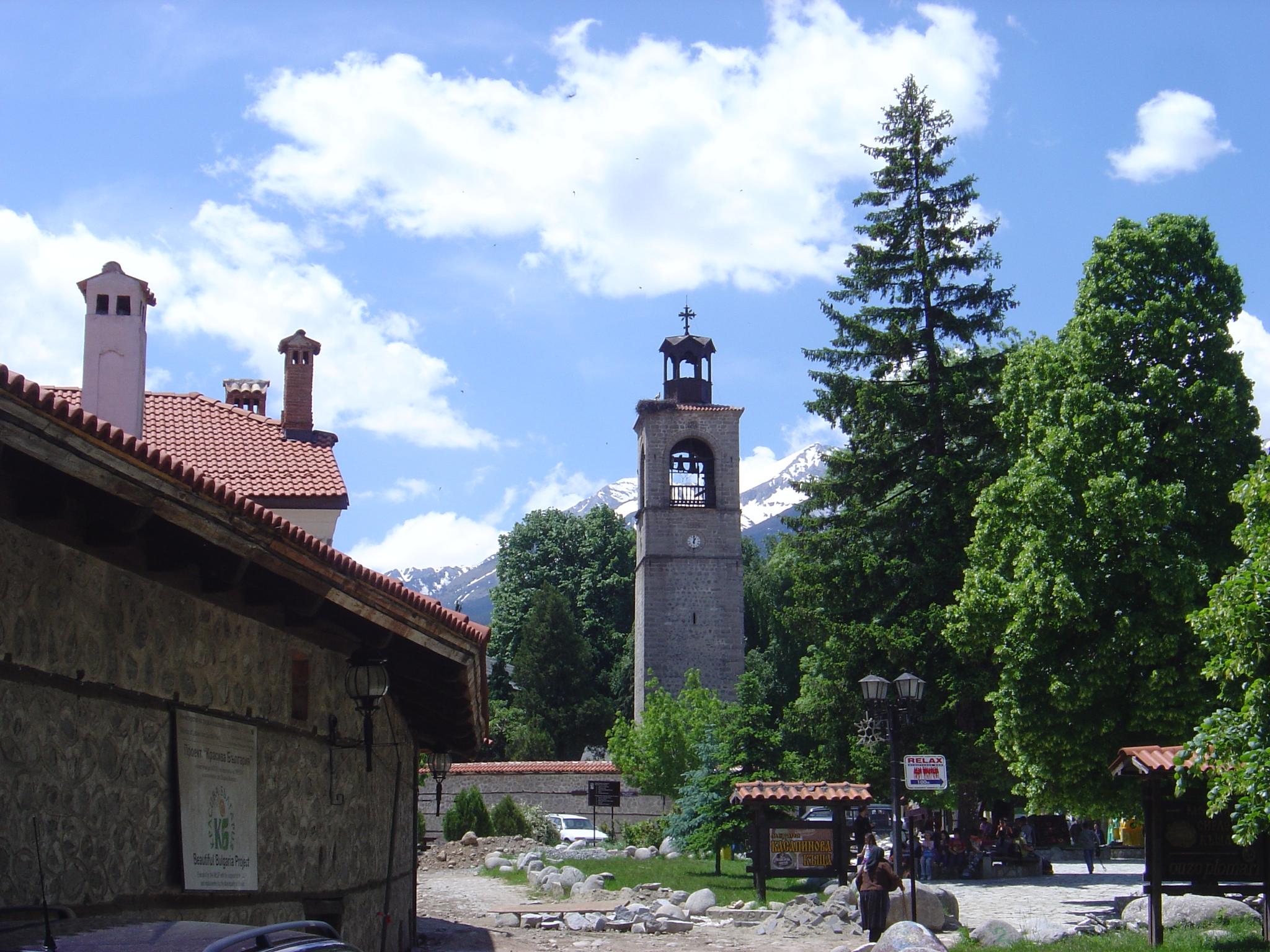 Църквата в Банско през лятото