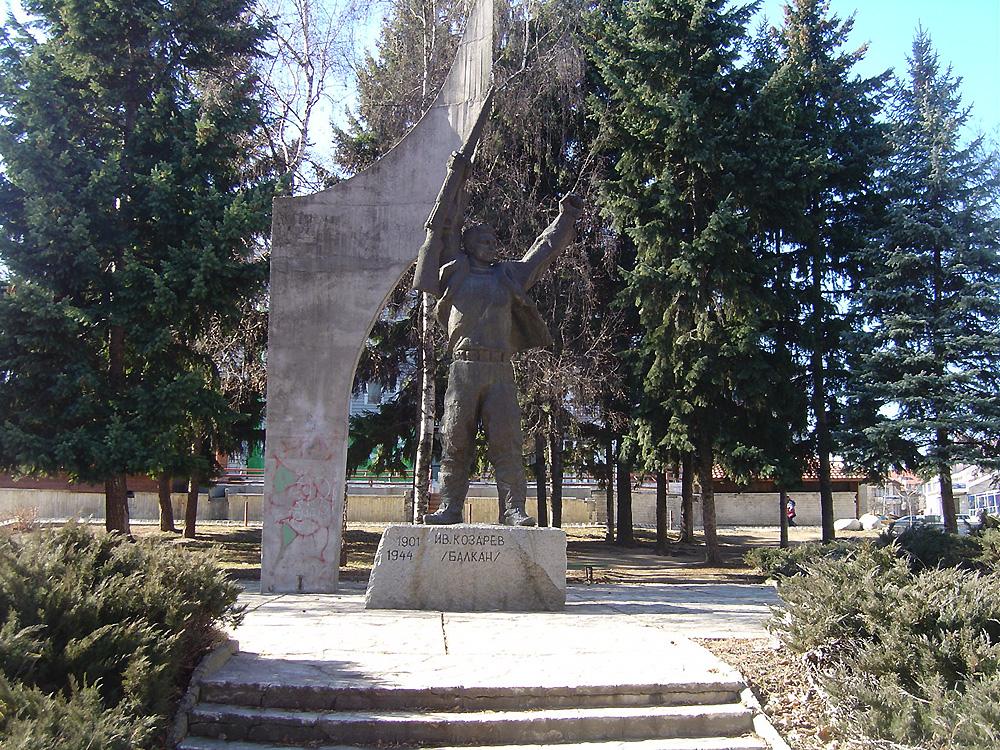 Паметник на Козарев в Добринище