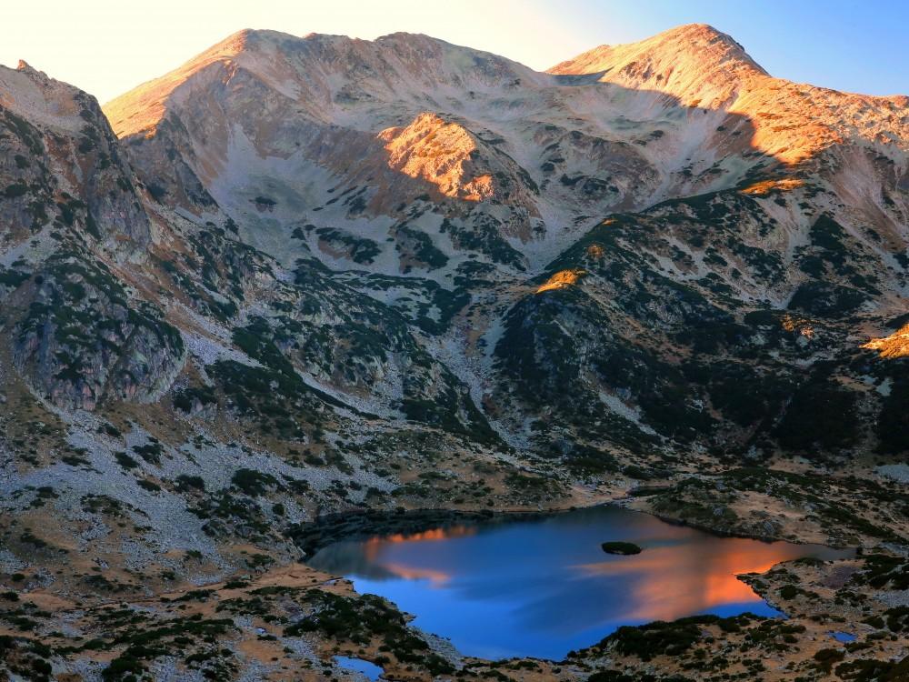 Езеро в Пирин на изгрев